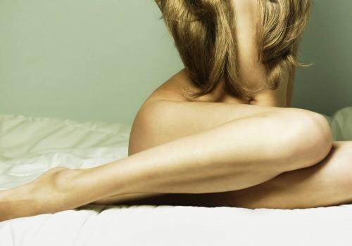 femme sur un lit